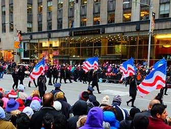La parata di Macys il Giorno del Ringraziamento - Bandiere