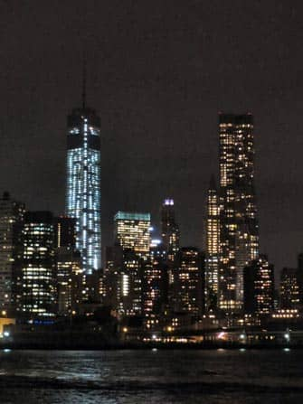 Profilo di New York visto dal battello di sera