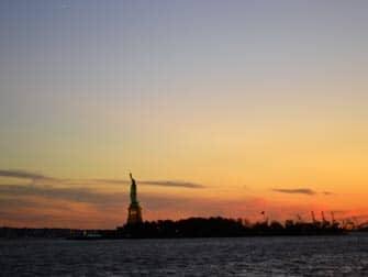 Statua della Libertà dal battello al tramonto