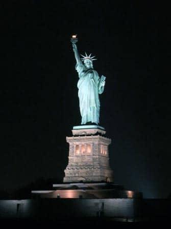 Statua della Libertà durante un giro in battello di sera