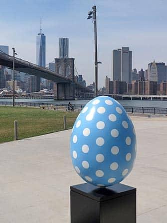 Uovo di Pasqua blu a New York