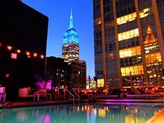 Vita notturna in Midtown New York - Piscina Royalton Hotel