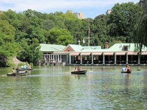 Noleggiare una barca a remi in Central Park - Loeb Boathouse